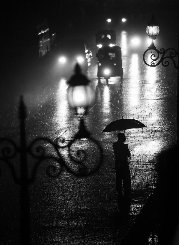 倾盆大雨中