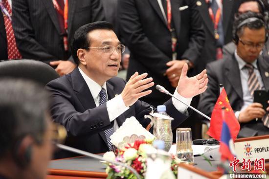 10月9日,中国国务院总理李克强在文莱首都斯里巴加湾出席第16次中国—东盟(10 1)领导人会议。图为李克强总理在会上讲话。中新社发 郭金超 摄