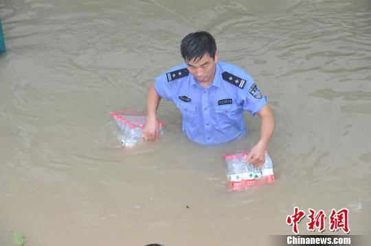 余姚民警感人救灾照网上热传齐腰淌水送餐
