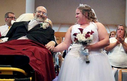 患癌父亲守诺牵手走红毯新婚女儿感动痛哭(图)