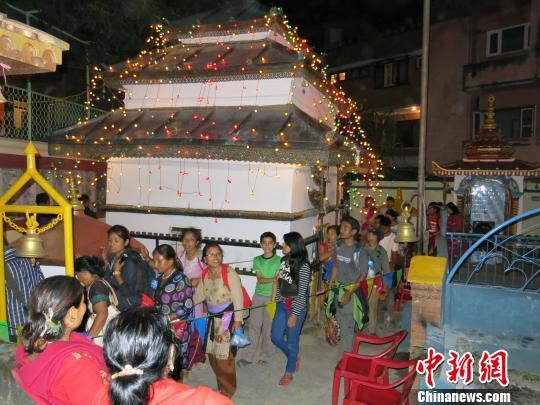 尼泊尔人通宵庆佛节:连拜131座庙(图)