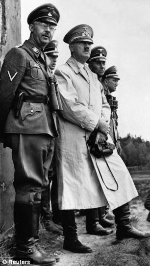 1940年,希特勒与党卫军头子海因里希-希姆莱。希姆莱曾是一名鸡农,后成为大屠杀的策划者