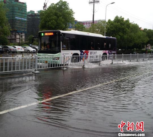 公交车在水中缓慢行驶。 林波 摄