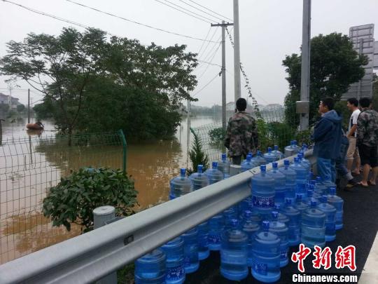 余姚积水严重,只能依靠船来运送物资。