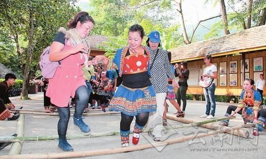 泰国游客开心地体验僾尼竹竿舞