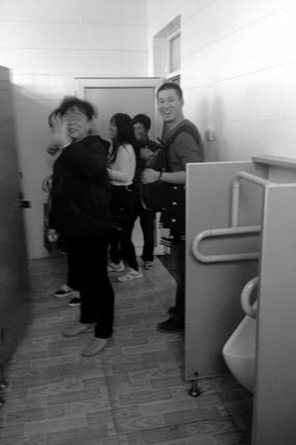 香山景区乱象频现:厕所男女混用柿子随手乱摘