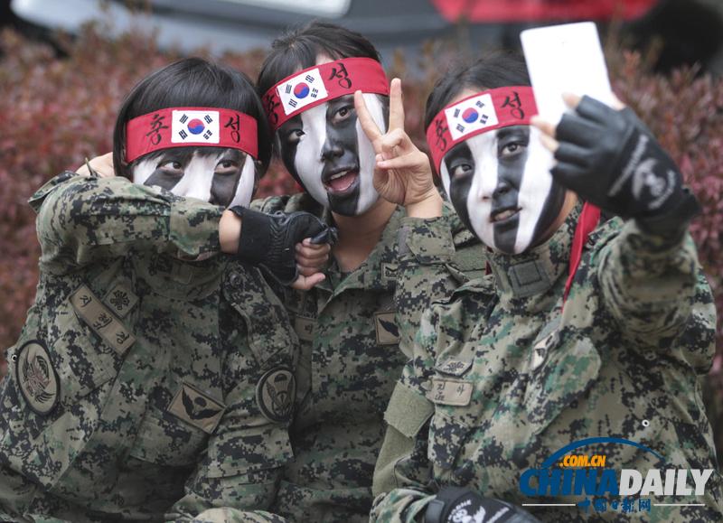 韩国特种部队女兵彩排不忘自拍留念(组图)