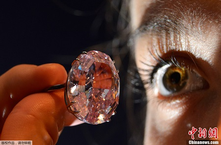 """这颗名为""""粉红之星""""(The Pink Star)的钻石呈椭圆形,内部纯洁无瑕,晶莹剔透,"""