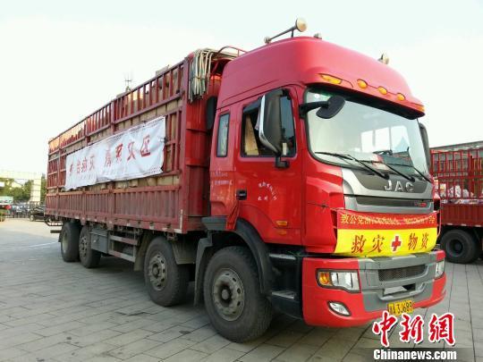 图为浙江省红十字会向余姚灾区运送物资。 李伊平 摄