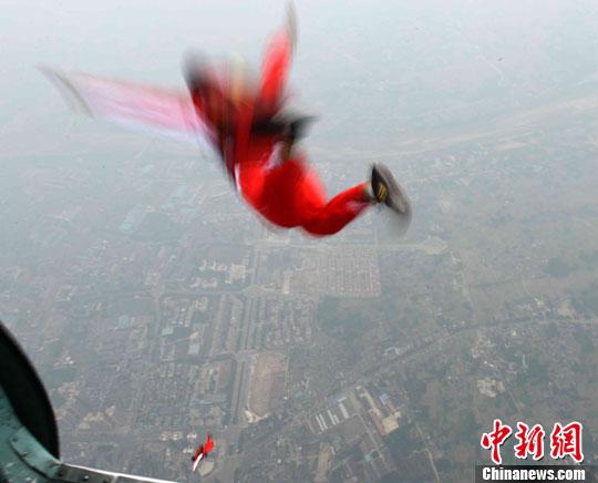 一名外国选手在空中展现优美姿态图片:中新社发(摄影:李建昭)