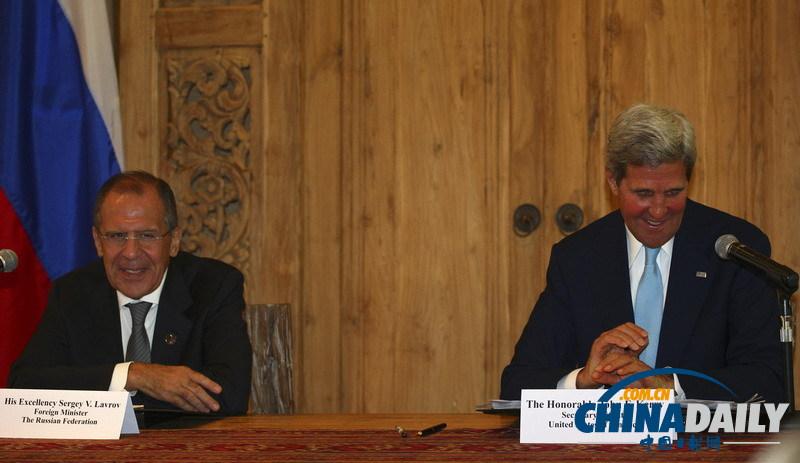 俄罗斯外长拉夫罗夫(左)和美国国务卿克里在联合新闻发布会上。