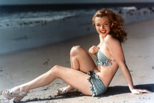 梦露1949年的照片,彼时她还没有进行隆胸和下巴整形。