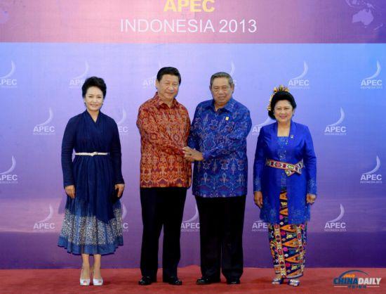 各国领导人着印尼传统服装亮相APEC峰会