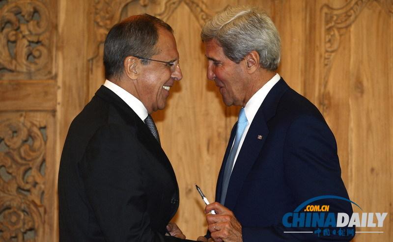 俄罗斯外长拉夫罗夫(左)和美国国务卿克里在联合新闻发布会后交谈。