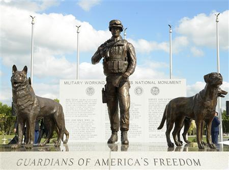 为表彰军犬贡献美军方为军犬设国家纪念碑(图)