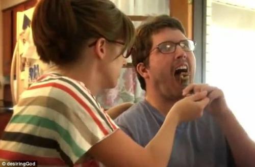 拉莉萨帮助男友进食。