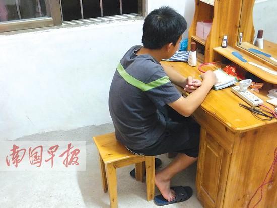 事发后小坚经常一人独坐发呆。 记者 赵劲松摄