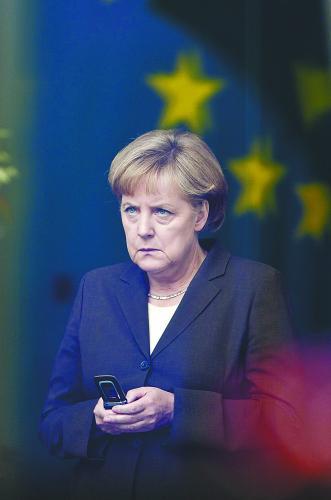 图片说明:美国国家安全局可能监听德国总理默克尔的手机,23日以来美德发生激烈外交冲突。图为默克尔使用手机的资料照片。