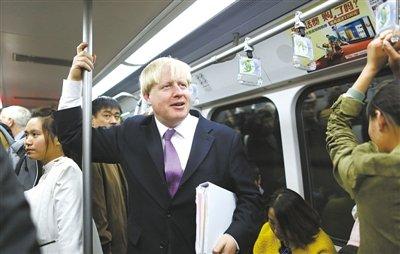 伦敦市长体验北京地铁1号线:干净有序人有点多
