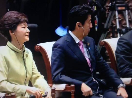日韩首脑并排坐一句话未说安倍曾称望对话(图)