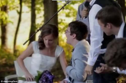 伊因在拉莉萨搀扶下宣誓,在一众亲友见证下结婚。
