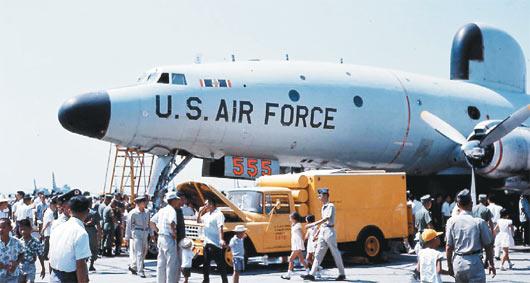 1960年代位于台南的美军基地开放让眷属参观,图为EC-121空中预警机。图自台湾《联合报》/高智阳提供