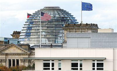 28日,美国驻德国大使馆屋顶。德国媒体报道称,美使馆是美国特工监听德国政府机构的大本营。