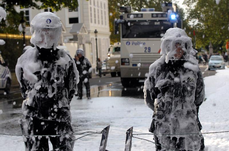 """比利时消防员集体示威 防暴警察遭泡沫埋成""""雪人"""""""