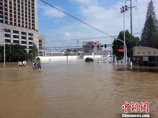 灾区余姚的城区积水路面。 徐小勇 摄
