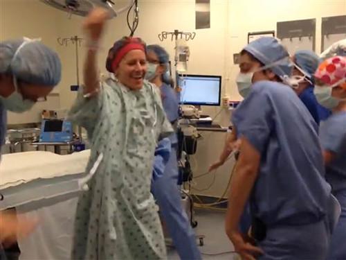 美国一女医师患病切双乳术前带动众人热舞(图)