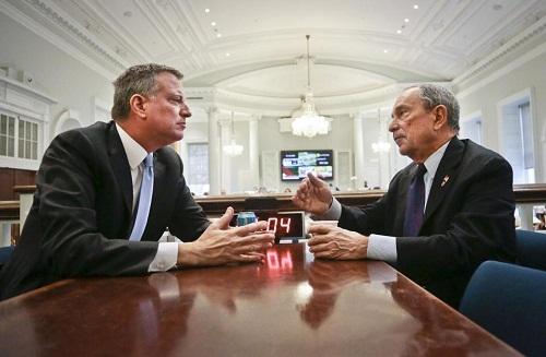 刚刚当选纽约市长的白思豪和即将卸任的现任纽约市长布隆伯格当地时间6日在市政厅的会议桌前进行了逾一小时的交谈。