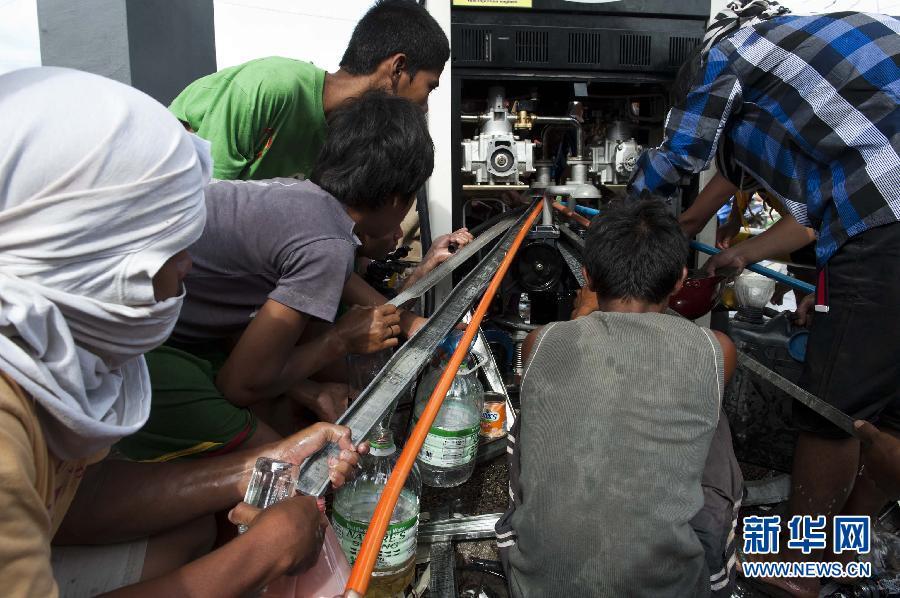 (国际)(6)菲律宾台风重灾区塔克洛班市民渴望救助