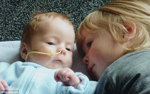 两个月大的基泽尔和其哥哥亨德里克斯