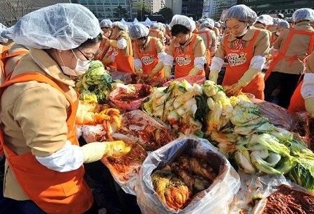 韩国志愿者制作泡菜