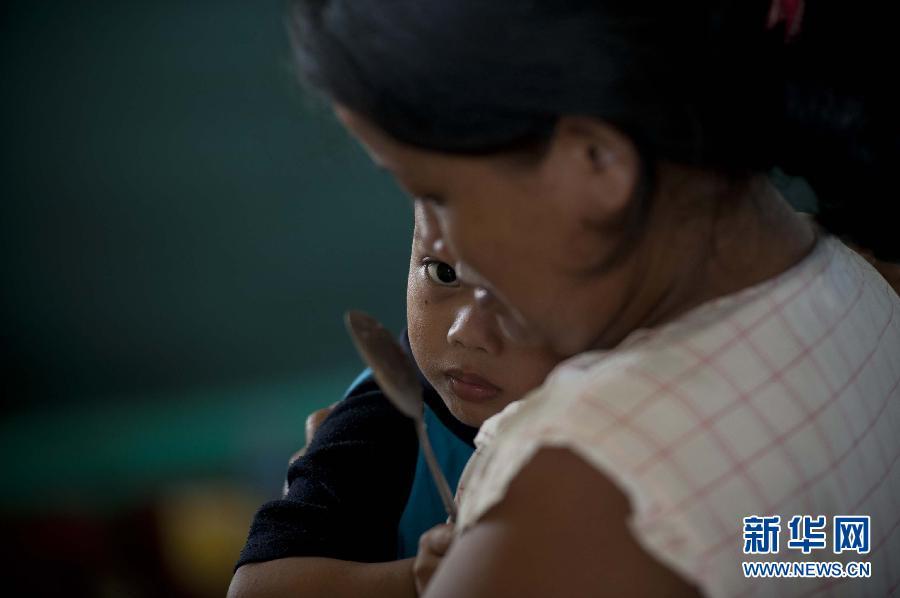 (国际)(2)菲律宾台风重灾区塔克洛班市民渴望救助