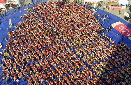 当地时间11月13日,约3000名志愿者在韩国首都首尔制作泡菜