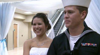 美国驻外士兵回国急娶恋人直接机场办婚礼(图)