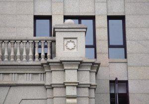 业主家的窗户正好被装饰柱挡住