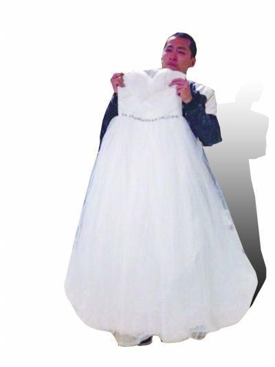 前晚,刘杰在医院拿着为妻子订制的婚纱,准备给当晚去世的妻子穿上。
