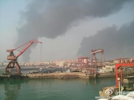网传黄岛一输油管道发生爆炸(微博网友供图)