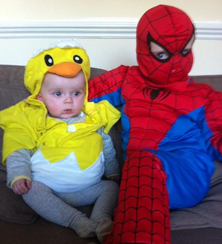 两位小朋友分别装扮成小黄鸡和奥特曼。