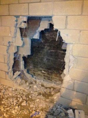 男子被卡两栋大楼中动弹不得消防员破墙营救