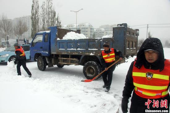 11月17日,哈尔滨出动大量清洁人员清扫路面上的积雪。16日夜间至19日,黑龙江省乃至整个东北地区将出现今年下半年以来范围最大、强度最强的一次降雪过程,对此,中央气象台16日18时发布了今冬首个暴雪黄色预警。对于黑龙江省来说,较大降雪时段集中在17日至18日,局部地区甚至将会有大暴雪出现。中新社发 胡迪 摄