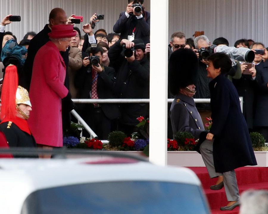朴槿惠到访英国 与英女王同乘马车赴白金汉宫