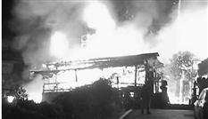 """起火时,火势很猛。网友""""输入无信号-""""摄"""