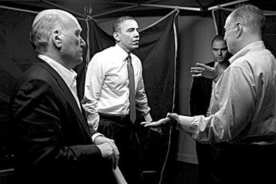 2011年3月23日,萨尔瓦多首都圣萨尔瓦多,奥巴马访问萨尔瓦多期间,在一处为避免窃听的帐篷内同美官员谈话。