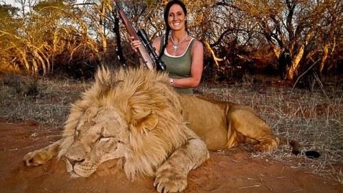 美国女主持人猎杀狮子后晒合影遭网友炮轰(图)