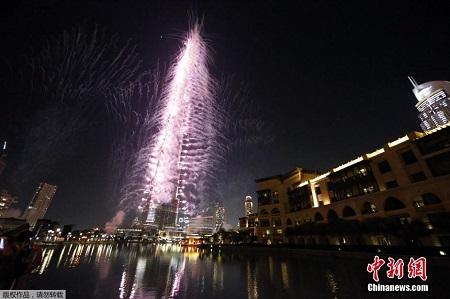 当地时间11月27日,国际展览局第154次全体代表大会在法国巴黎投票产生2020年注册类世界博览会主办城市,阿联酋申办城市迪拜成为最后的赢家。图为迪拜哈利法塔喷发绚丽焰火庆祝。