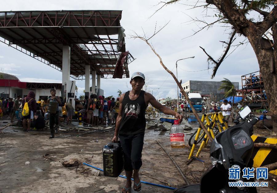 (国际)(7)菲律宾台风重灾区塔克洛班市民渴望救助