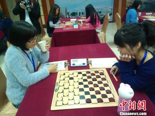 2013全国大学生国际跳棋锦标赛现场 奚金燕 摄